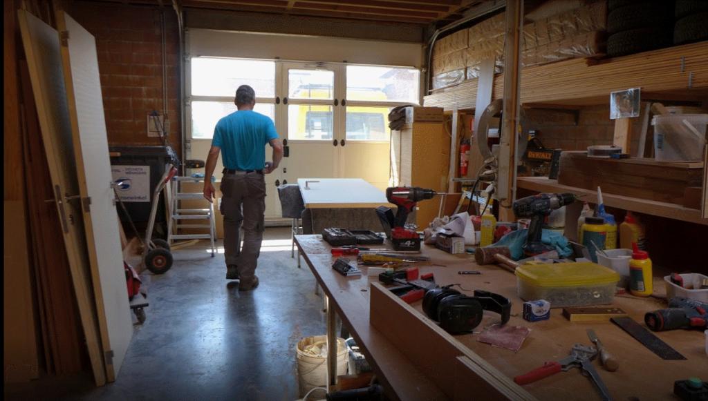 schrijnwerker meubelmaker Stefan Vangrunderbeek uit Gimbergen nabij Meise aan de slag in het atelier